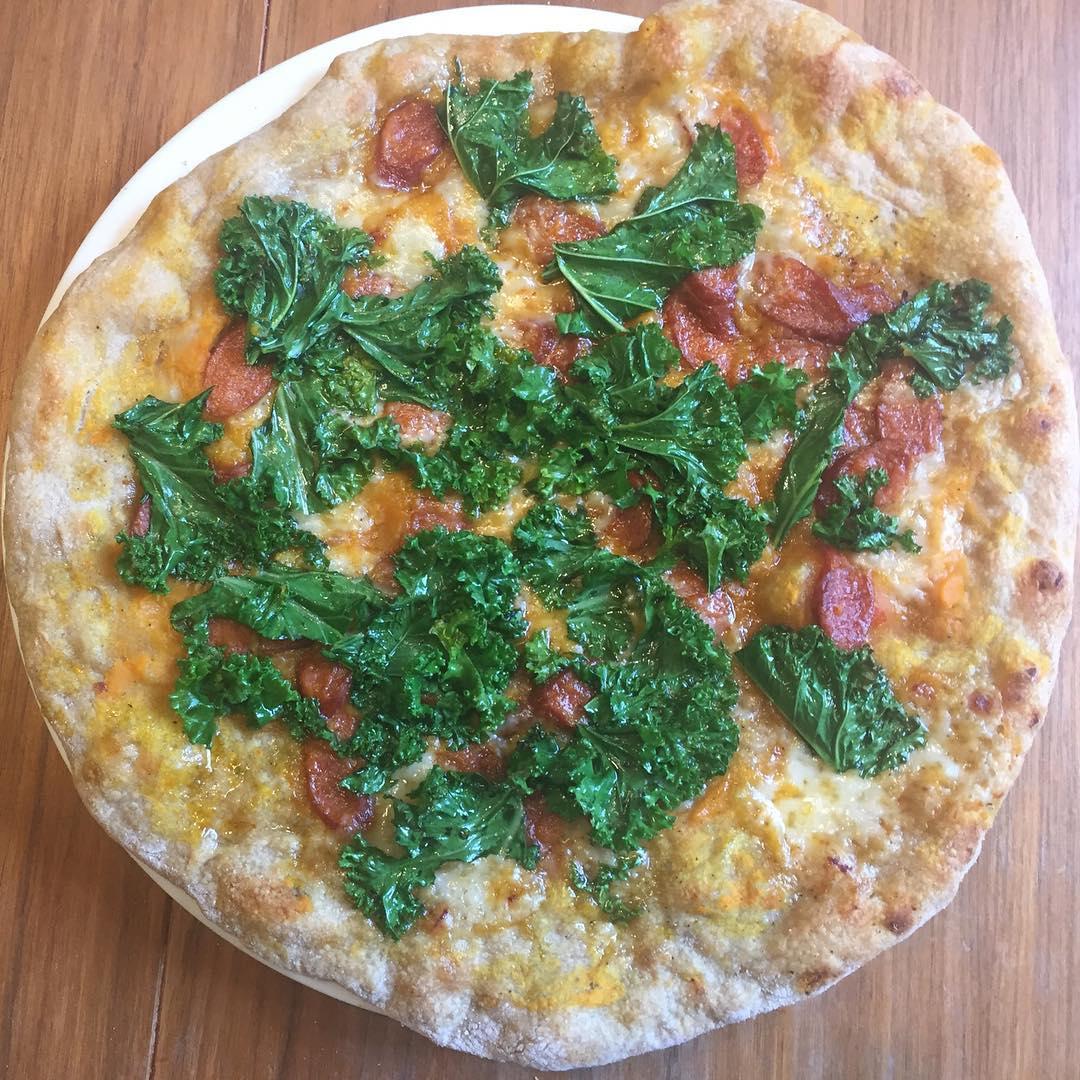 Lounaspizza Myskikurpitsapyre savustettu makkara Gruyere chililjyll marinoitu lehtikaali aikajees pizzahellip