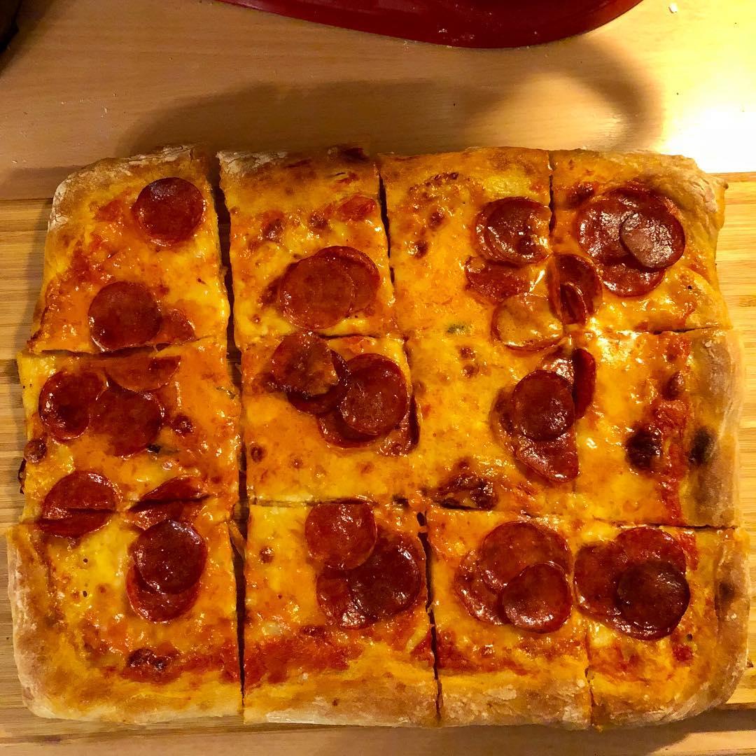 Pizza peltipizza vai levypizza? No ainakin pll salamia mozzarellaa jahellip